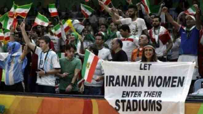 الأمن يجبر مشجعة إيرانية على مغادرة المدرجات لهذا السبب