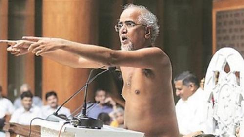 راهب يخطب عاريا بالهند