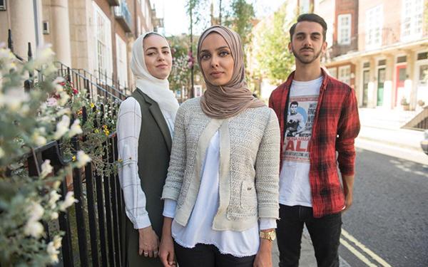 سبب غريب وراء طرد 3 أشقاء مسلمين من طائرة بريطانية1