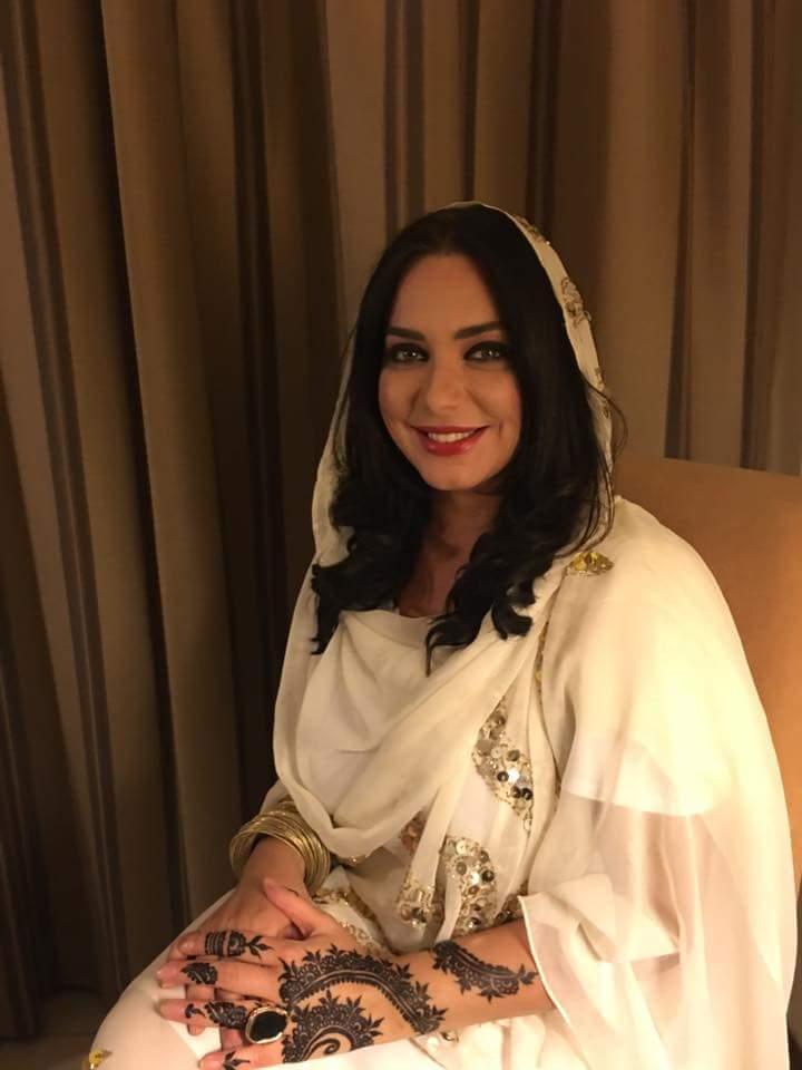 النجمة السورية سلافة فواخرجي تصل الخرطوم وتظهر بالثوب السوداني وتخطف الأضواء من الجميع