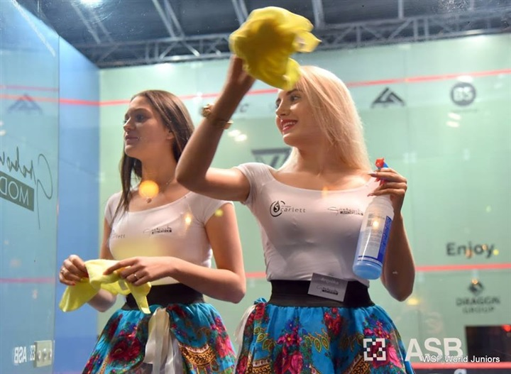 عاملات نظافة بطولة العالم للإسكواش يثيرن إعجاب رواد «فيس بوك»