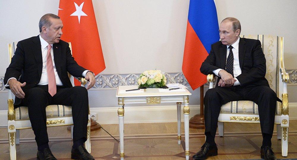 بالصورة ..ماذا تعني باقة الورود على الطاولة بين بوتين وأردوغان