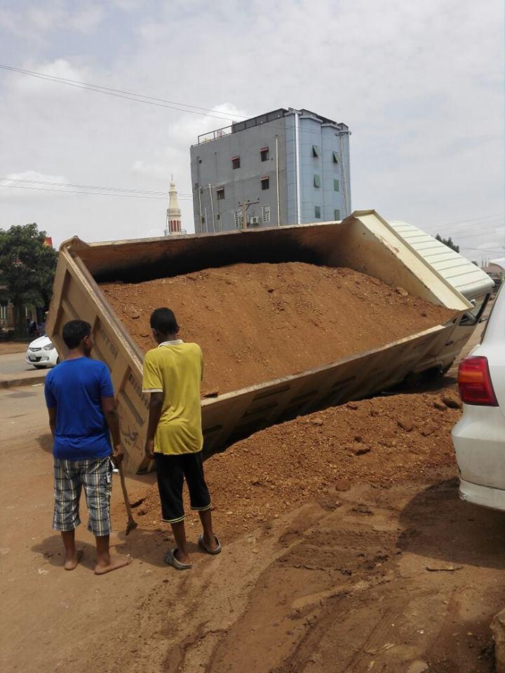 بالصور .. من حفر حفرة لأخيه...!؟ سخرية واسعة من سقوط شاحنة تتبع لمحلية بحري في حفرة للصرف الصحي