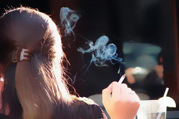 تدخين مخدرات فتاة بنت