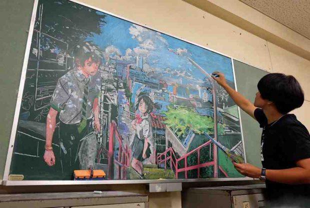 معلم ياباني يفاجأ طلابه برسم تحف فنية بالطبشور على السبورة2