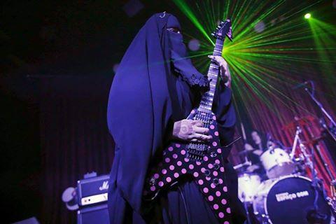 امرأة منتقبة تقود فرقة لموسيقى الميتال1