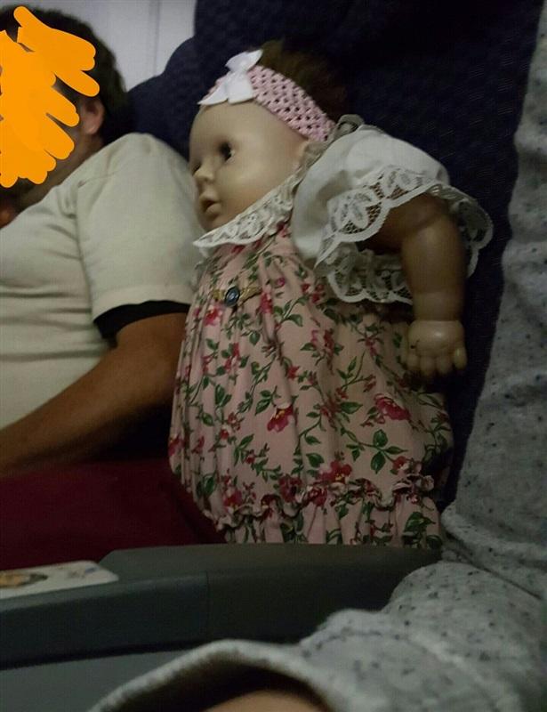 لقطات مخيفة لراكب طائرة يحجز كرسيا لدميته