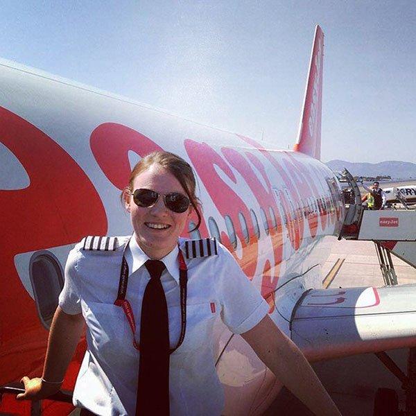 بريطانية تصبح أصغر أنثى تقود طائرة تجارية في العالم1