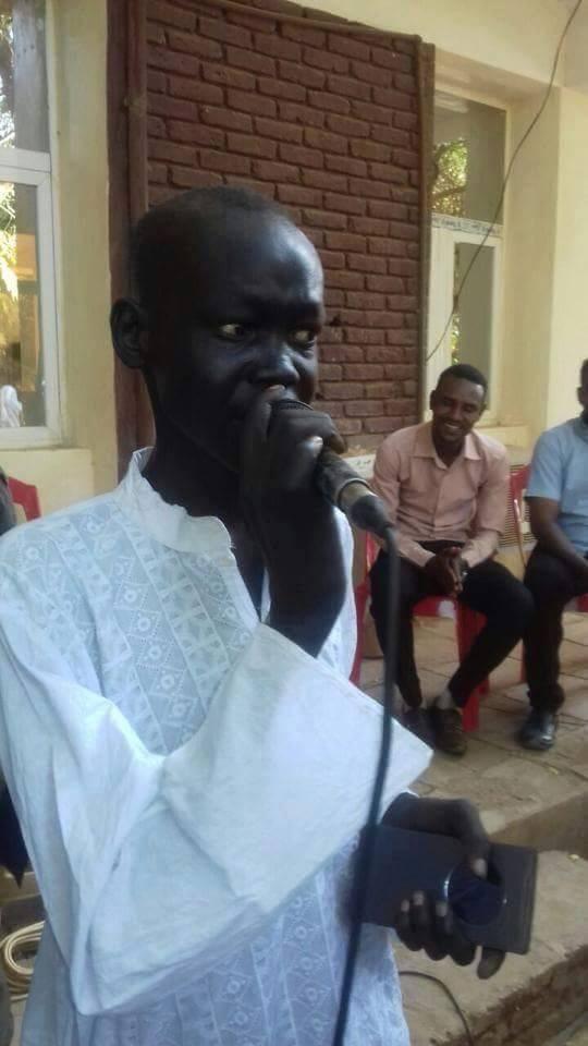"""بالصورة.. الفنان شول منوت يستعيد عافيته ويغني لمرضى المستشفي """"أنا سوداني"""" وسط فرحة الجميع"""