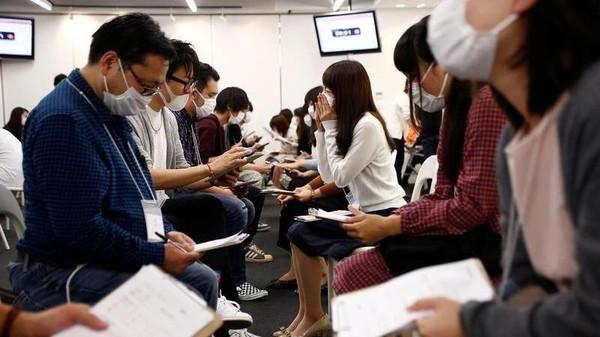 يابانيون في جلسة مواعدة يضعون كمامات طبية في طوكيو يوم 16 اكتوبر تشرين الأول 2016. تصوير: كيم كيونج هون - رويترز.