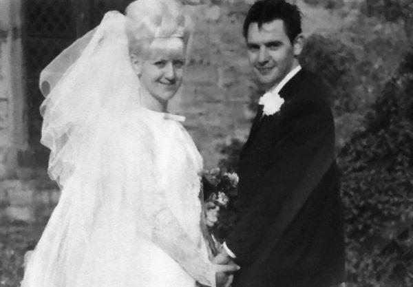 زوجان يحتفلان بعيد زواجهما الخمسين بنفس ملابس الزفاف1