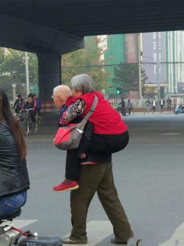 رومانسية عجوزين في الشارع تثير ضجة على الإنترنت