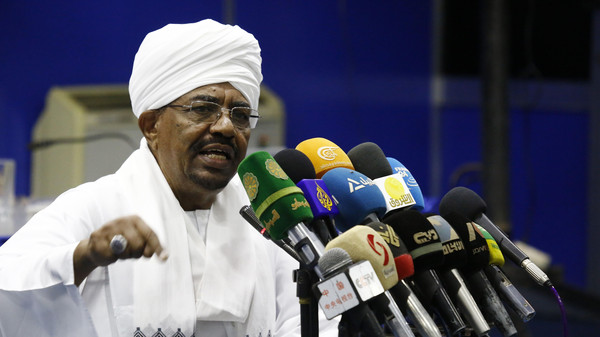 Sudanese President Omar al-Bashir addresses top officials from his ruling National Congress Party (NCP) during a meeting on August 21, 2015 in the capital Khartoum, as he presses efforts to start talks to resolve Sudan's ailing economy and the conflicts on its peripheries. AFP PHOTO/ ASHRAF SHAZLY