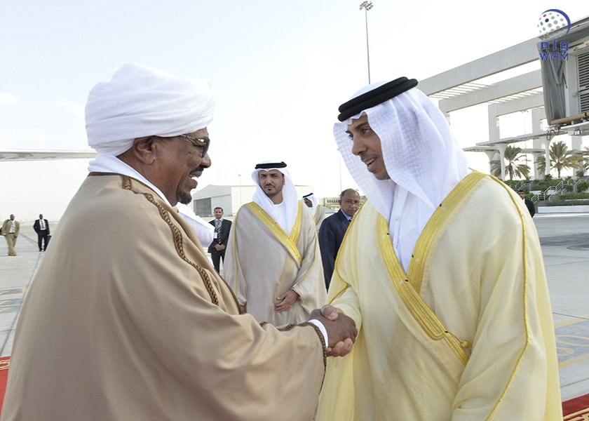 الرئيس السوداني يصل الامارات ومنصور بن زايد في مقدمة مستقبليه