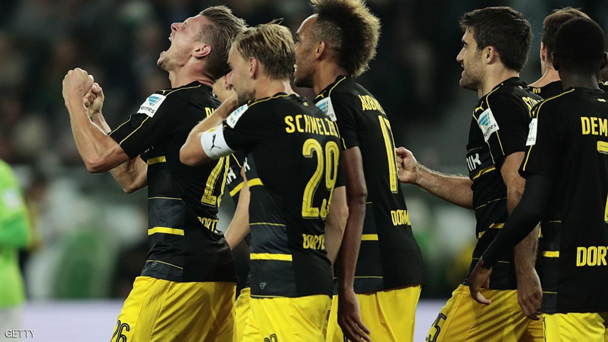 WOLFSBURG, GERMANY - SEPTEMBER 20:  Lukasz Piszczek (L) of Dortmund celebrates with teammates after heading his team's goal during the Bundesliga match between VfL Wolfsburg and Borussia Dortmund at Volkswagen Arena on September 20, 2016 in Wolfsburg, Germany.  (Photo by Oliver Hardt/Bongarts/Getty Images)