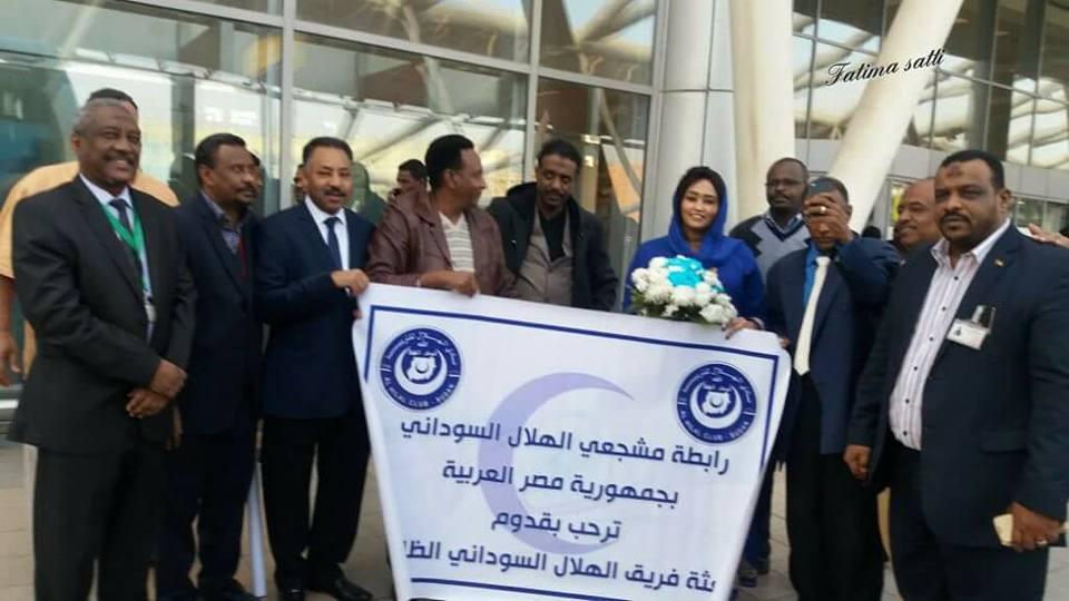 القاهرة تستقبل فاطمة الصادق بالورود