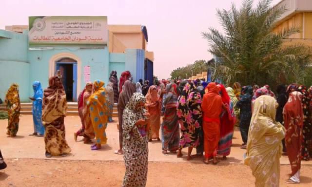 طالبات من جامعة السودان يتظاهرن ويهتفن في الخرطوم: (نحن شرف عايزين حرس).. صور %D8%B7%D8%A7%D9%84%D8%A8%D8%A7%D8%AA