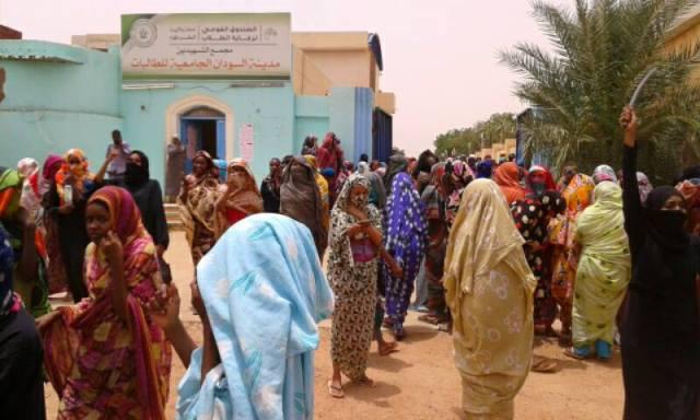 طالبات من جامعة السودان يتظاهرن ويهتفن في الخرطوم: (نحن شرف عايزين حرس).. صور %D8%B7%D8%A7%D9%84%D8%A8%D8%A7%D8%AA2