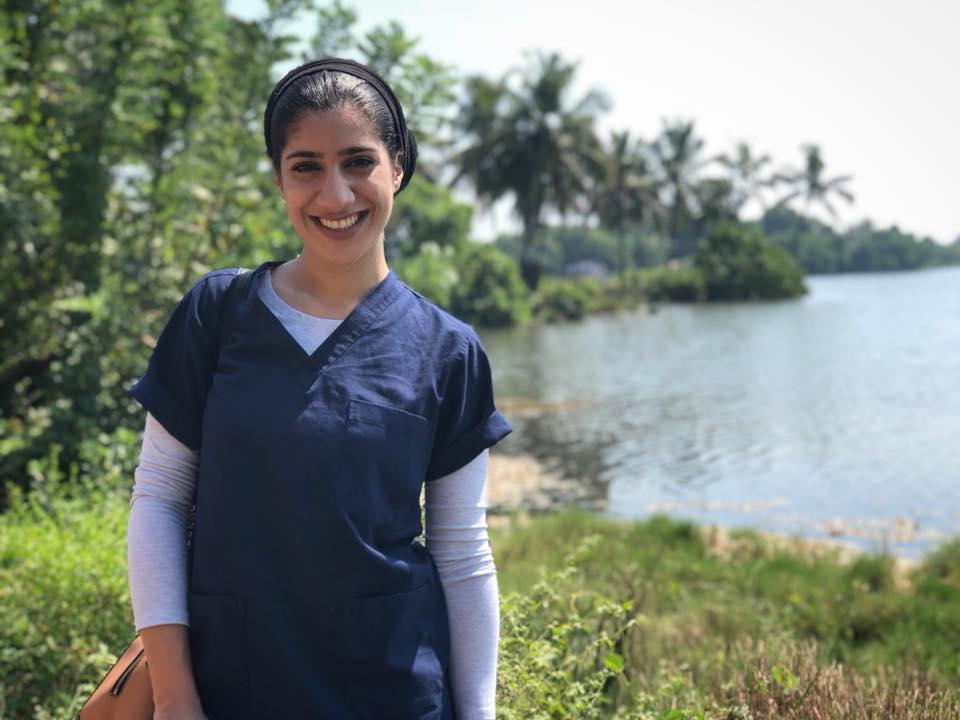 نجمة السوشيال ميديا السودانية مها جعفر تتفرغ لمهنتها وتزور الهند لتعلم الأطفال كيف يهتموا بأسنانهم 2
