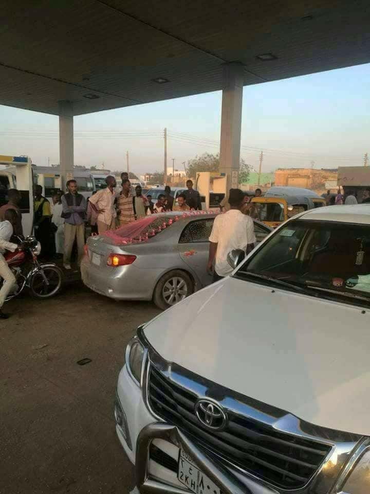 صورة العام في السودان.. عريس في صف البنزين والعروس مبسوطة وشهامة أهل السودان تنقذ الموقف