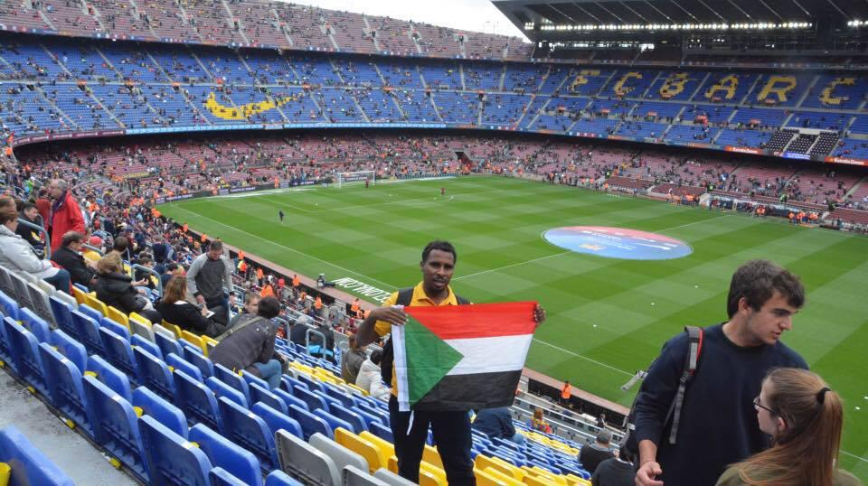 سوداني يرفع علم السودان في روسيا