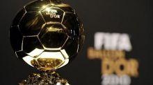فيفا يتردد مع الفرنسي فرانك ريبري ويدحرج كرة الذهب نحو كرستيانو رونالدو