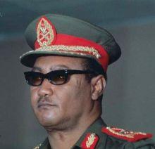 الرئيس النميري يوشح الحوت بوشاح الكشافة