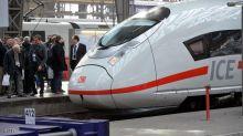 بدفع المسافرين.. قطار يستأنف رحلته