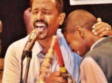 طفل يعانق فنان الطمبور  النصري  باكياً بحرقة على المسرح !!