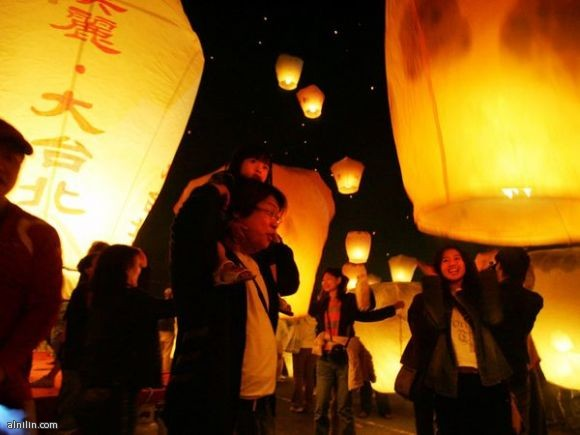 مهرجان المصابيح في تايون - يحتفلون به كل عام يؤدون الصلوات لحسن الحظ في السنة المقبلة