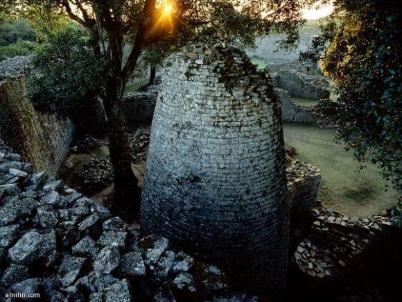 الحاوية العظيمة ، تشير الدلائل إلى أن المدينة بنيت حوالي بداية 1250 ميلادي، وأنه كان بمثابة المركز الروحي. - زيمبابوي