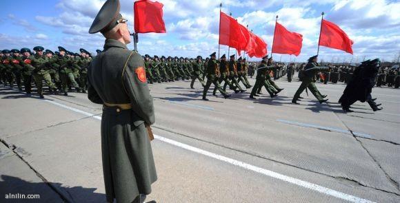 جنود روس يجرون تدريبات استعدادا لاستعراض يوم النصر الذي سيقام في العاصمة الروسية في التاسع من مايو لتخليد ذكرى الانتصار على المانيا النازية
