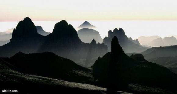 """""""الجبال المتلاشية"""" جبال أهغار الواقعة في قلب الصحراء الإفريقية. هذه الجبال البركانية قد تتلاشى بفعل تأثير الرياح ودرجات الحرارة المرتفعة"""