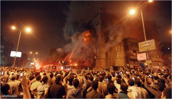 رجال الاطفاء يحاولون السيطرة على النيران في الكنيسة التي حرقت في إمبابة - مصر 8-5-2011