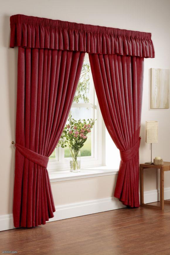 جمال اللون الأحمر في ستائر النوافذ