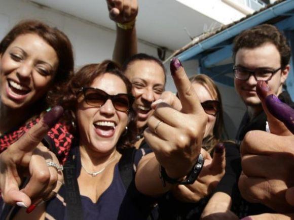 انتخابات تونس..صورة جماعية للذكرى مع الحبر الخاص بالاقتراع (رويترز)