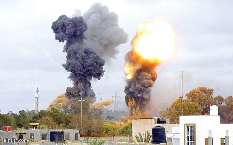 دخان يتصاعد في طرابلس أمس بعد دوي 7 انفجارات ناتجة عن قصف قوات التحالف لاهداف عسكرية بالقرب من مقر الزعيم الليبي معمر القذافي30/3/2011