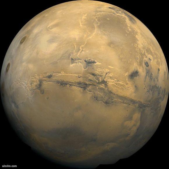 أكبر كانيون في النظام الشمسي على واجهة كوكب المريخ بطول 3000 كم  وعرض 600 كم وعمق 8 كم