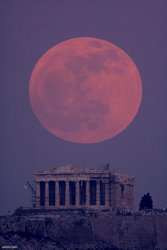 القمر عندما يكتمل بدراً وهو  في الحضيض أقرب نقطة لكوكب الأرض - صورة رائعة