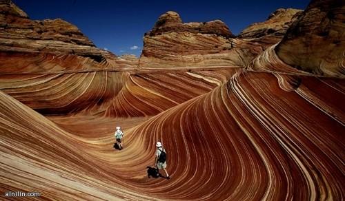 أمواج دون قطرة ماء..صخور حمراء مذهلة تقع بين ولايتي أريزونا ويوتاه