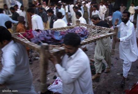 مشيعون يحملون أشلاء أحد ضحايا انفجار عند ضريح صوفي في شرق باكستان يوم الأحد 3-4-2011