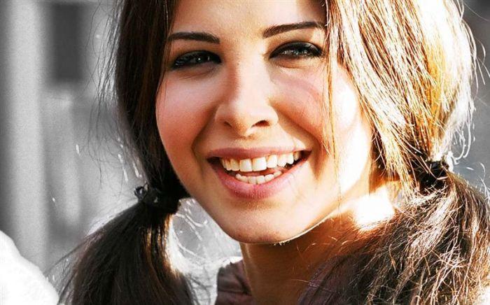 """بالصور.. نانسي عجرم تتناول الغداء مع """"الفانز"""" في مطعم بيروت"""
